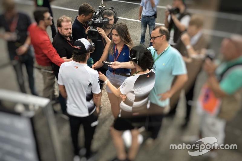 Iker Viana, cámara de televisión de Movistar + F1, grabando a Fernando Alonso