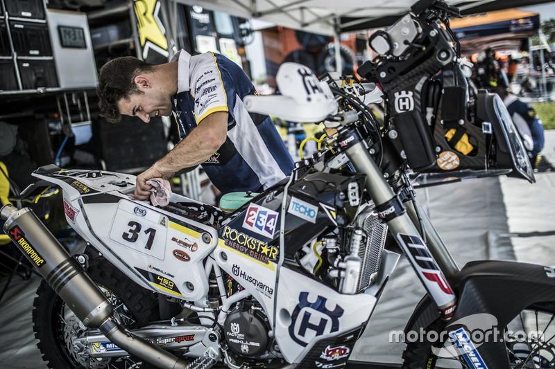 Mecánicos del #31 Husqvarna Factory Racing: Pela Renet