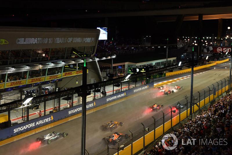 L'incidente tra Sebastian Vettel, Ferrari SF70H, Max Verstappen, Red Bull Racing RB13 e Kimi Raikkon