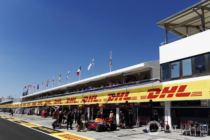 Daniel Ricciardo, Red Bull Racing RB13, in the pits during Qualifying