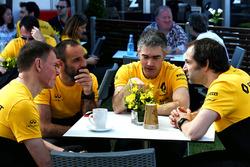 Операционный директор Renault Sport F1 Алан Пермейн, управляющий директор Renault Sport F1 Сириль Абитбуль, технический директор команды по шасси Ник Честер, главный гоночный инженер Renault Sport F1 Сиарон Пилбим