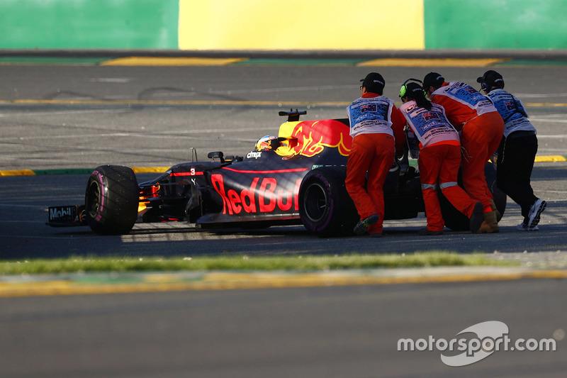 Marshalls empujan lejos el coche de Daniel Ricciardo, Red Bull Racing RB13