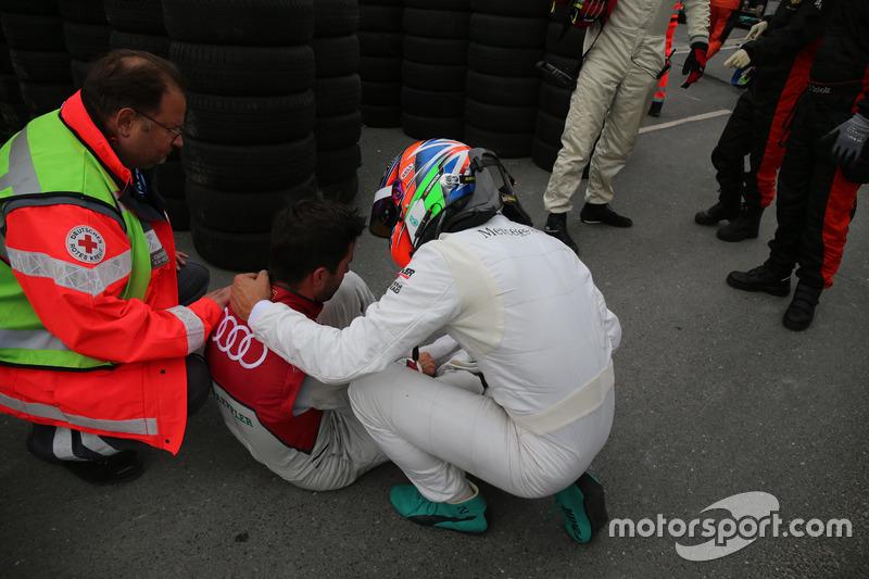 Nach dem Unfall: Mike Rockenfeller, Audi Sport Team Phoenix, Audi RS 5 DTM, Gary Paffett Mercedes-AM