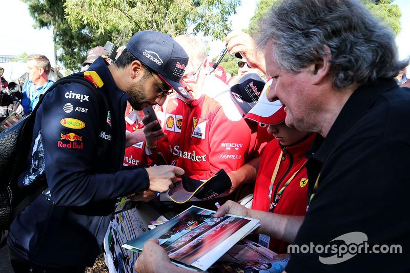 Daniel Ricciardo, Red Bull Racing firma autógrafos para los fans