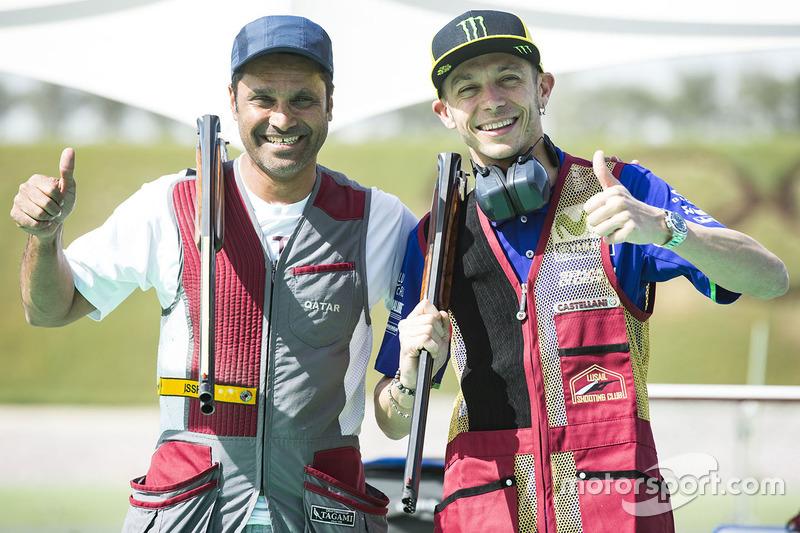 Valentino Rossi, Yamaha Factory Racing, mit Nasser Al-Attiyah, Rallye-Fahrer, beim Tontaubenschießen
