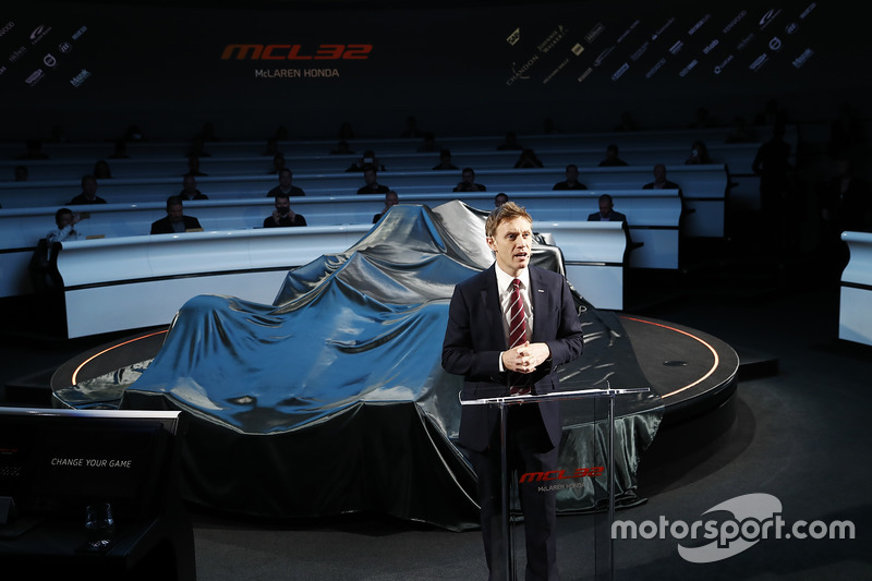 Simon Lazenby präsentiert den McLaren MCL32