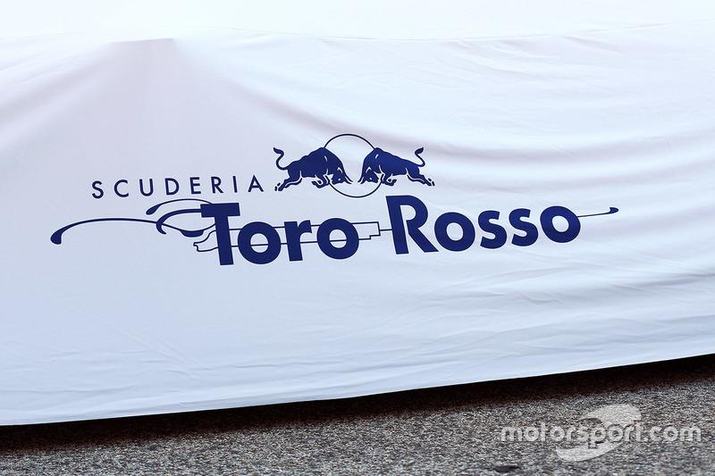 Der abgedeckte Toro Rosso STR12 mit Logo