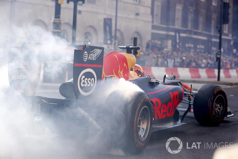 Daniel Ricciardo, Red Bull Racing RB13, , melakukan atraksi donut