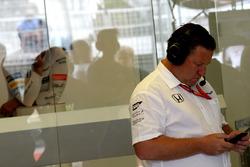 Fernando Alonso, McLaren observes Zak Brown, McLaren Executive Director on his phone