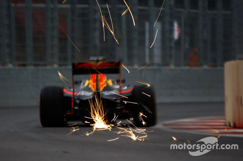 Daniel Ricciardo, Red Bull Racing RB12 saca chispas