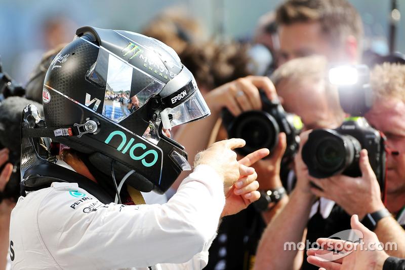 Yarış galibi Nico Rosberg, Mercedes AMG F1, parc ferme