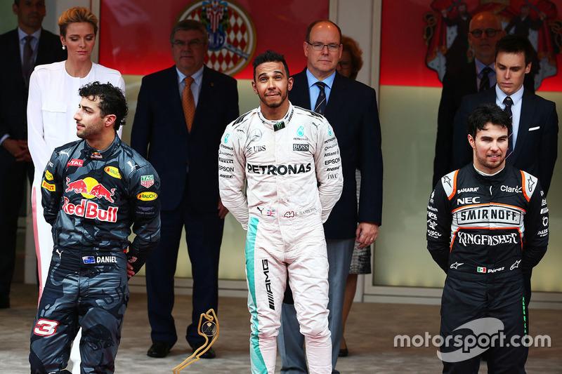 Podium: Sieger Lewis Hamilton, Mercedes AMG F1, Platz zwei Daniel Ricciardo, Red Bull Racing,<platz drei Sergio Perez, Sahara Force India