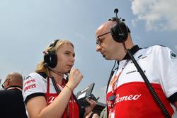Ruth Buscombe, responsable de la stratégie de Sauber et Simone Resta, directeur technique de Sauber sur la grille