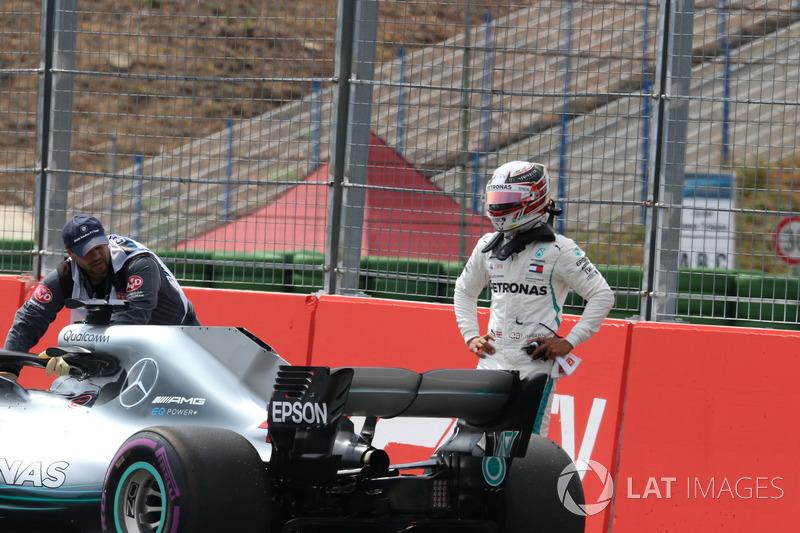 Lewis Hamilton, Mercedes-AMG F1 W09, se detiene en pista
