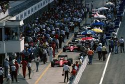 Los Ferrari F186 de Michele Alboreto y Stefan Johansson, se abren paso por el pit lane