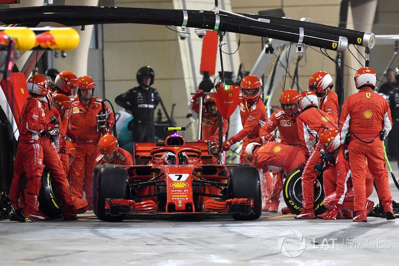 Пилот Ferrari SF71H Кими Райкконен сбивает механика во время пит-стопа