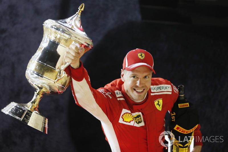 Sebastian Vettel, Ferrari, 1 ° puesto, celebra con su trofeo