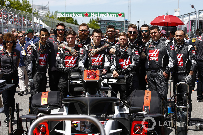 Haas F1 engineers on the grid with the car of Kevin Magnussen, Haas F1 Team VF-18