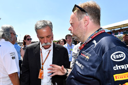 Chase Carey, Chief Executive Officer and Executive Chairman of the Formula One Group and Andy Palmer, Aston Martin CEO on the grid