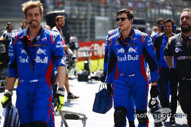 Des ingénieurs Toro Rosso sur la grille