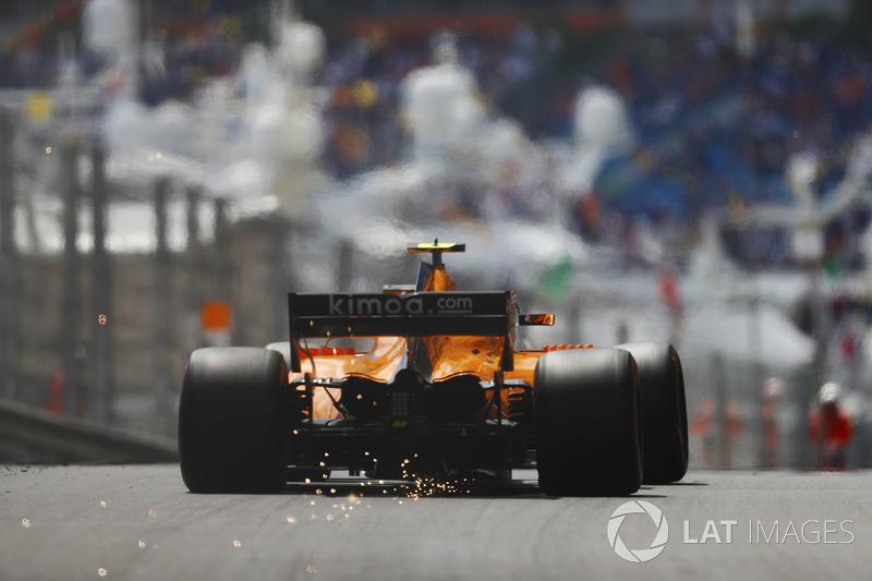 Stoffel Vandoorne, McLaren MCL33, fait des étincelles