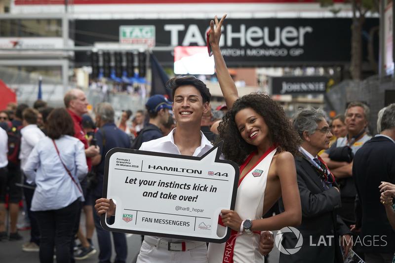 Modelli in griglia con un messaggio per Lewis Hamilton, Mercedes AMG F1 W09
