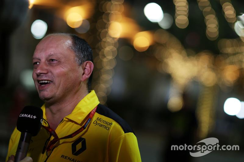 Фредерик Вассёр, гоночный директор Renault Sport F1 Team со СМИ