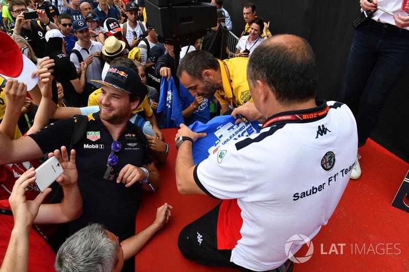 Frederic Vasseur, Sauber, Team Principal memberikan tanda tangannya
