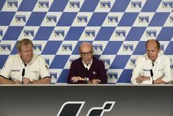 Pascal Couasnon, le patron de Michelin Motorsport, Carmelo Carmelo Ezpeleta, le patron de Dorna Sports, Nicolas Goubert, directeur technique de Michelin
