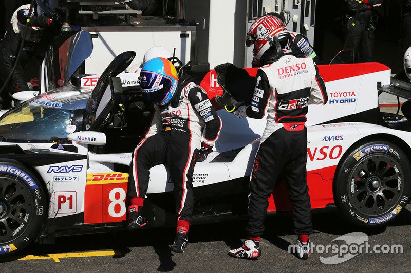 #8 Toyota Gazoo Racing Toyota TS050: Kazuki Nakajima, Fernando Alonso, en pits