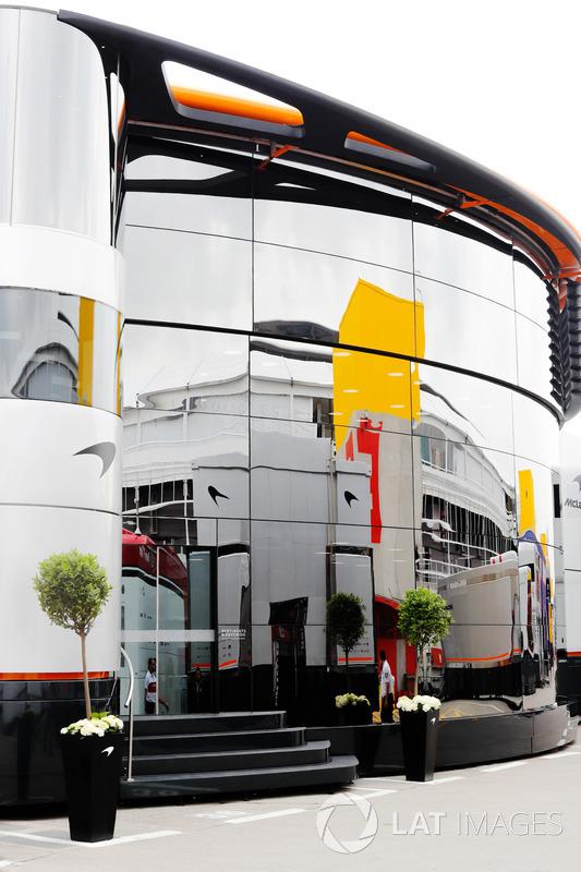 La unidad de hospitalidad del McLaren Brand Center en el paddock