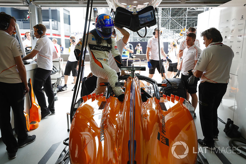 Fernando Alonso, McLaren, araca biniyor