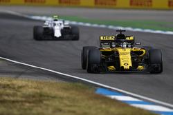 Nico Hulkenberg, Renault Sport F1 Team R.S. 18, precede Sergey Sirotkin, Williams FW41