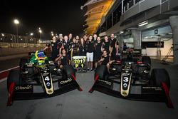 Il Campione 2017 Pietro Fittipaldi, Lotus, festeggia con il suo team