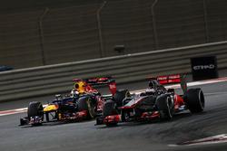 Jenson Button, McLaren MP4-27 y Sebastian Vettel, Red Bull RB8
