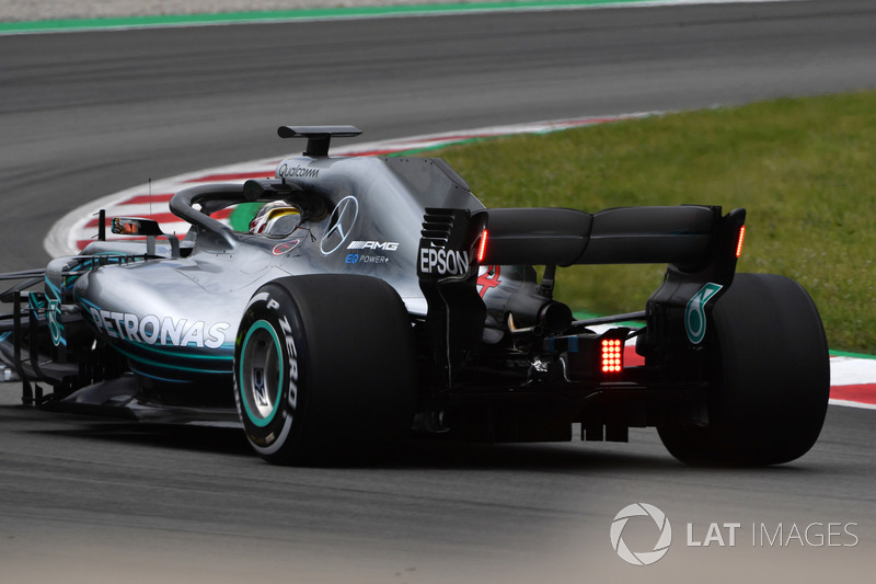 Lewis Hamilton, Mercedes-AMG F1 W09 con luces en el alerón trasero