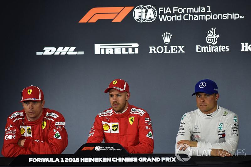 Le poleman Sebastian Vettel, Ferrari, le deuxième, Kimi Raikkonen, Ferrari, le troisième, Valtteri Bottas, Mercedes AMG F1 lors de la conférence de presse