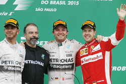 Podium: tweede Lewis Hamilton, Mercedes AMG, James Waddell, technicus Mercedes AMG F1, winnaar Nico
