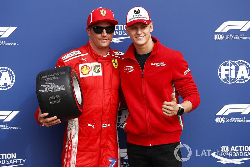 Peraih pole, Kimi Raikkonen, Ferrari, bersama Mick Schumacher