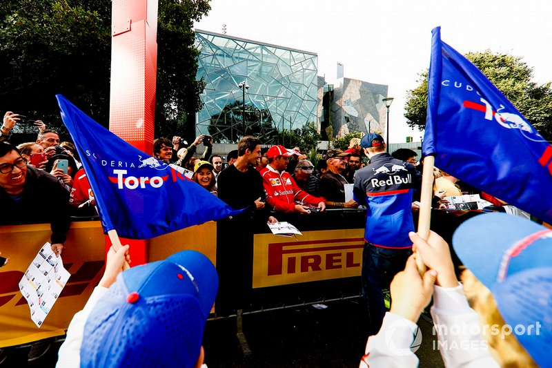 Daniil Kvyat, Toro Rosso, firma autografi ai tifosi all'evento a Federation Square