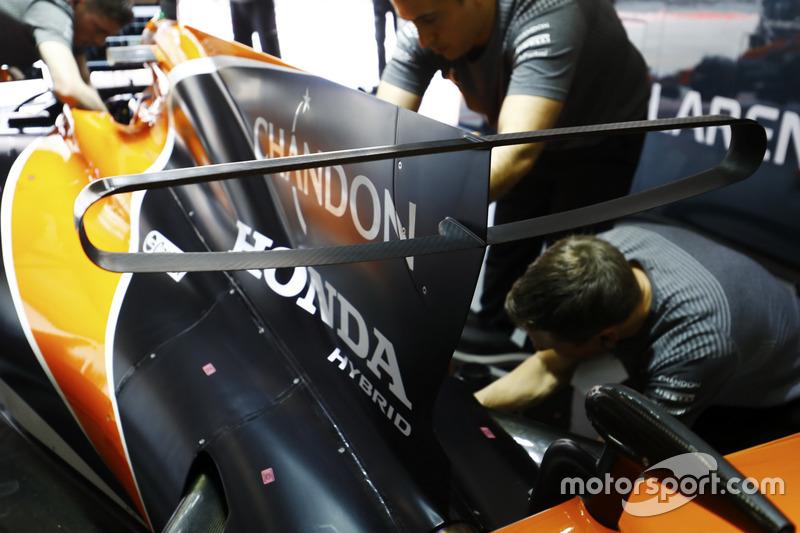 Honda-Techniker am Auto von Fernando Alonso, McLaren MCL32