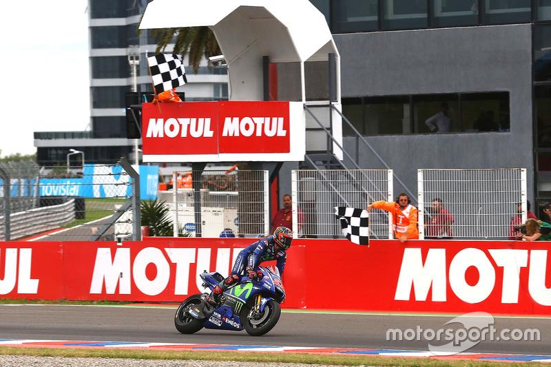 Maverick Viñales, Yamaha Factory Racing, fährt über die Ziellinie