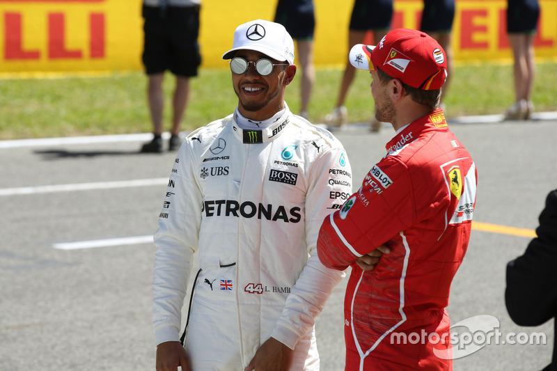 Ganador de la pole Lewis Hamilton, Mercedes AMG F1 y Sebastian Vettel, Ferrari
