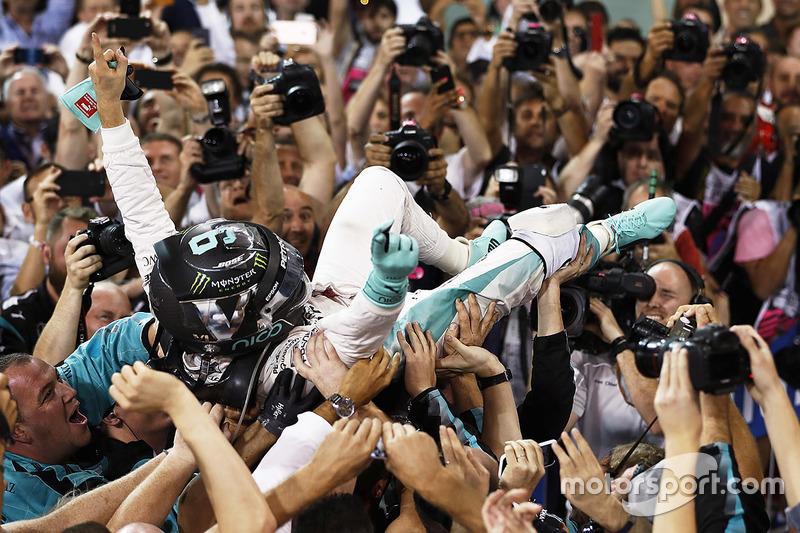 Segundo lugar y campeón del mundo Nico Rosberg, Mercedes AMG F1, celebra