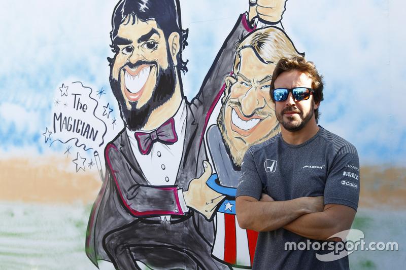 Fernando Alonso, McLaren, junto a su caricatura