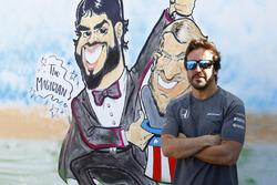 Fernando Alonso, McLaren, pose à côté de sa caricature