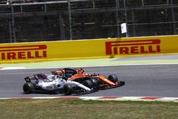Столкновение: Фелипе Масса, Williams FW40, и Стоффель Вандорн, McLaren MCL32