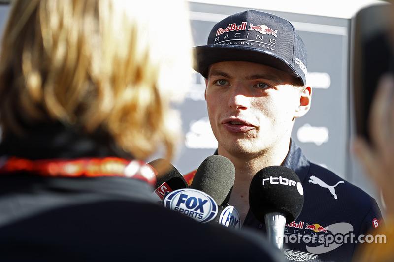 Макс Ферстаппен, Red Bull Racing, спілкується зі ЗМІ