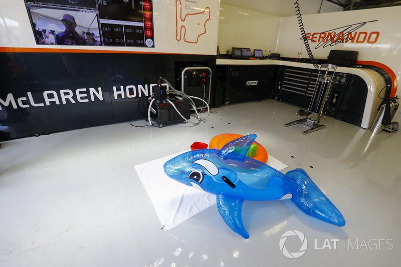 Des jouets de piscine dans le garage mclaren gp de for Garage formule m