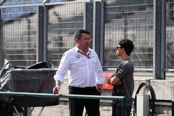Ерік Бульє, Гоночний Директор McLaren, та Нік де Вріс, McLaren